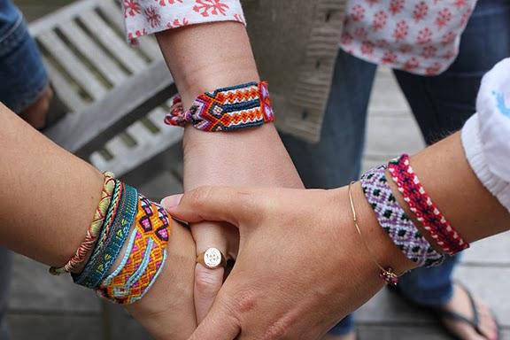 Náramkové trendy: Náramky z gumičiek, náramky priateľstva, či Power Balance